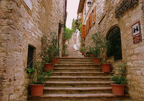 transfer-and-tours-cortona-Assisi-town-street