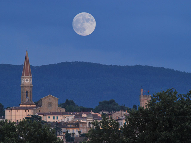 Transfer-And-Tours-Cortona-Tourist-Guide-Arezzo-night-view