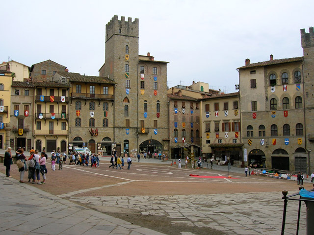 Transfer-And-Tours-Cortona-Tourist-Guide-Arezzo-town-square