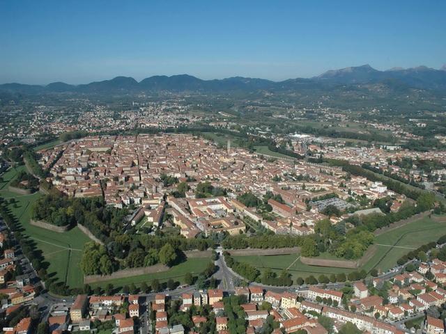 Lucca-veduta-aerea-del-centro-storico-By-Vip-archivio-fotografico-provincia2