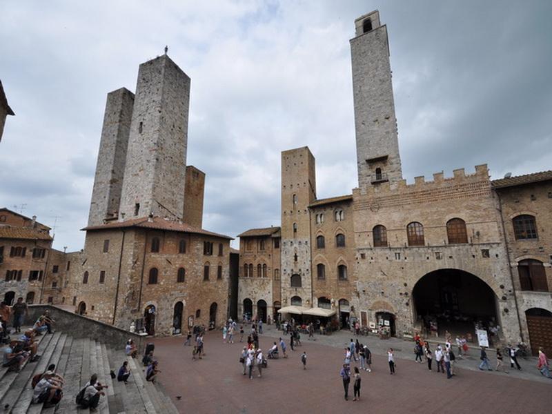 Piazza-del-Duomo-San-Gimignano